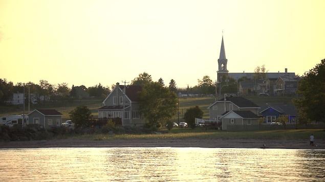 Le bord de mer et l'église à Chandler.