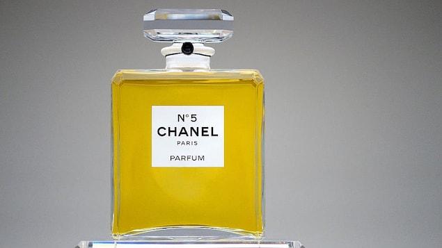 Un flacon de parfum Chanel N°5