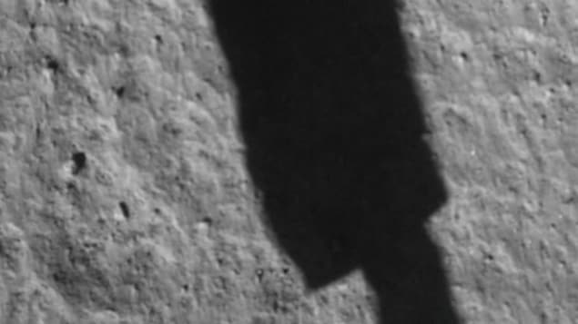 On aperçoit une ombre rectangulaire sur la surface de la lune.