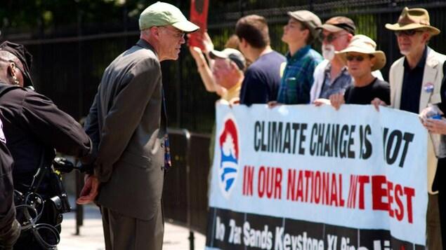 Bill McKibben se fait arrêter à Washington lors d'une manifestation contre le projet de pipeline Keystone XL en 2013.