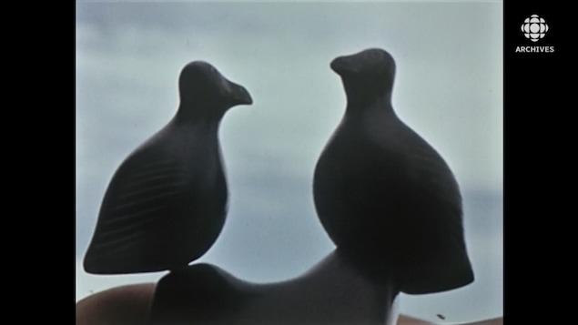 Sculpture inuite représentant deux oiseaux.
