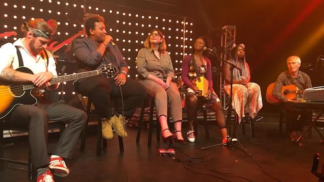 Les quatre participants sur scène.
