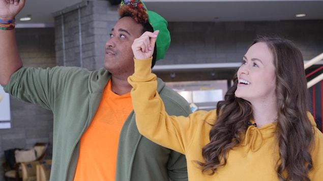 Sympa César et Mélissa Cassista en train de faire des mouvements de danse dans le hall de la Cité Francophone à Edmonton.