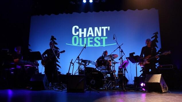 Des musiciens sur scène avec le logo Chant'Ouest