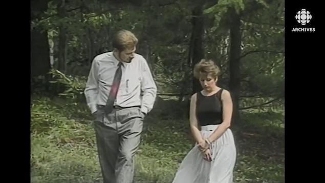 Louis Lemieux se promène dans un boisé avec Chantal Daigle.