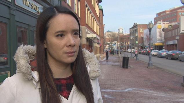 Chantal Thanh De Alba en entrevue sur la rue Main à Moncton.