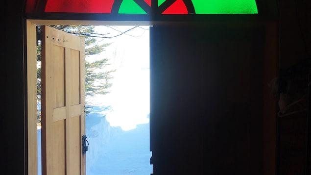 La porte d'entrée de la chapelle du Vieux-Poste
