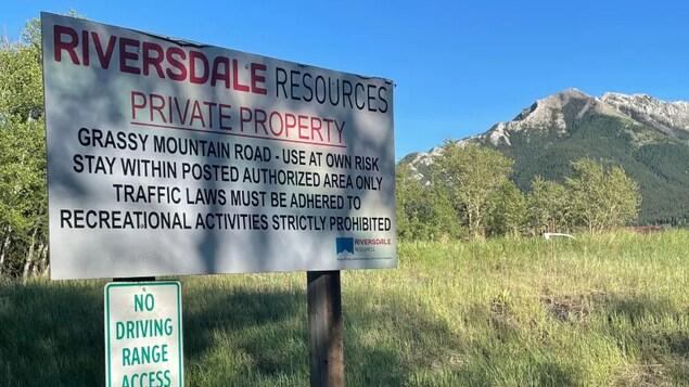 Photo des montagnes Rocheuses avec un panneau indiquant : Riversdale Resources, propriété privée.