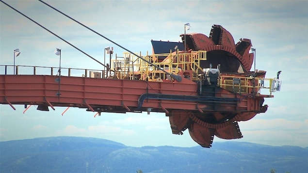 Une chargeuse de minerai pour le quai multiusager de Pointe-Noire, près de Sept-Îles.
