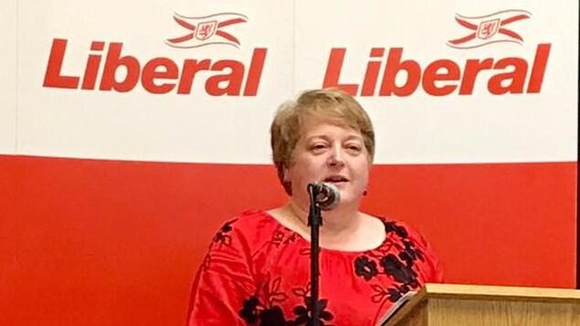 Charlene LeBlanc prend la parole lors d'une activité partisane.