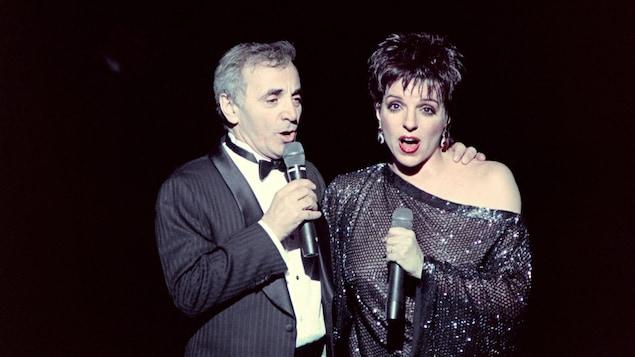 Les deux artistes chantent en duo.