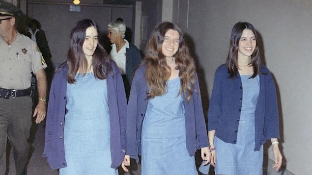 De gauche à droite : Susan Atkins, Patricia Krenwinkel et Leslie Van Houten, toutes emprisonnées à vie pour des meurtres commis sur ordre de Charles Manson.