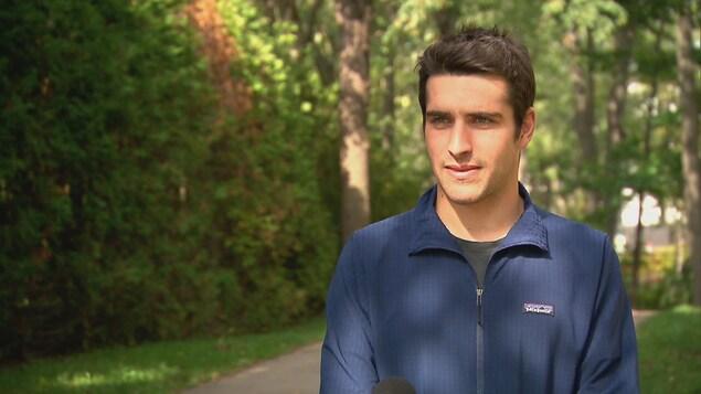Le triathlonien Charles Paquet, en entrevue avec Radio-Canada.
