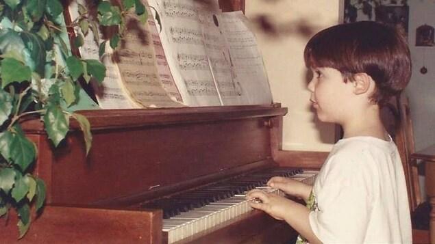 Un enfant au piano.