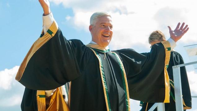 Charles Tisseyre manifeste sa joie en levant les bras en l'air lorsqu'il reçoit son diplôme.