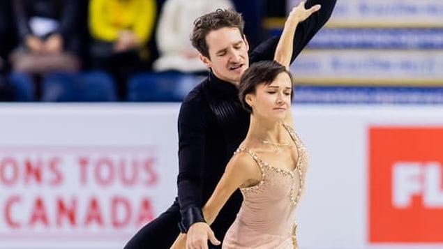 Charlie Bilodeau et Lubov Ilyushechkina pendant leur programme court au Grand Prix à Kelowna. en Colombie-Britannique.
