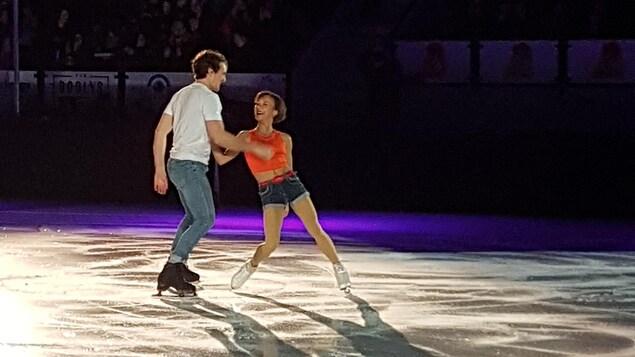Charlie Bilodeau et Lubov Ilyushechkina dansent sur la glace en riant.