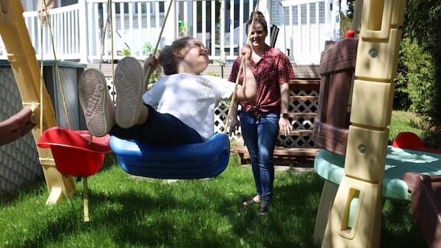 Charlotte fait de la balançoire et sa belle mère Anne la pousse.