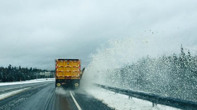 Un chasse-neige dégage une autoroute au Nouveau-Brunswick.