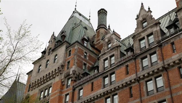 Le Château Frontenac de Québec avec son toit pointu, ses murs de brique et ses nombreuses fenêtres