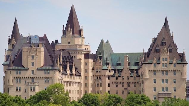 Le Château Laurier, à Ottawa, vu du côté du parc Major's Hill.