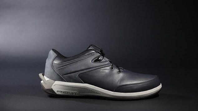 Un soulier en cuir noir.