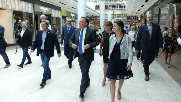 Le chef caquiste en tournée au centre commercial Laurier Québec à Sainte-Foy en compagnie de plusieurs candidats dont Joëlle Boutin, dans Jean-Talon.
