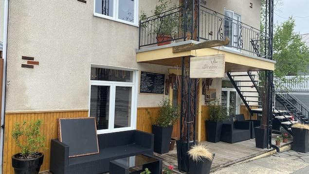 La façade du restaurant Chez St-Pierre. La terrasse a été aménagée pour que les clients puissent attendre leurs commandes.