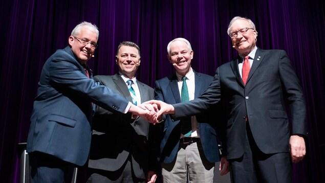 Les quatre chefs se serrent la main