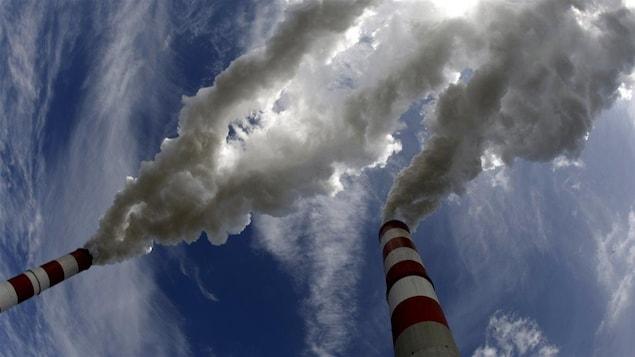 Les cheminées d'une centrale électrique au charbon.