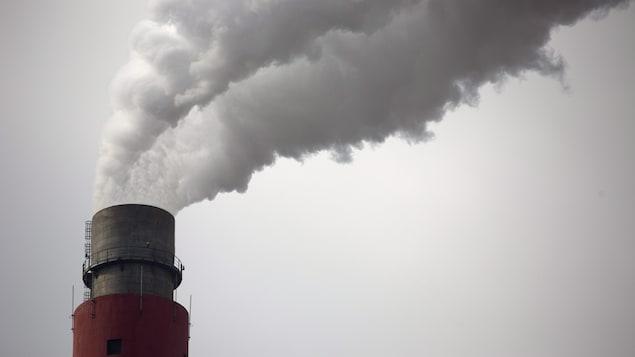 Photo des émissions polluantes sortant d'une cheminée d'usine
