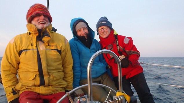 De gauche à droite, le professeur de biologie de l'Université Dalhousie Hal Whitehead, la doctorante Laura Feyrer et l'étudiante à la maîtrise Taylor Hersh