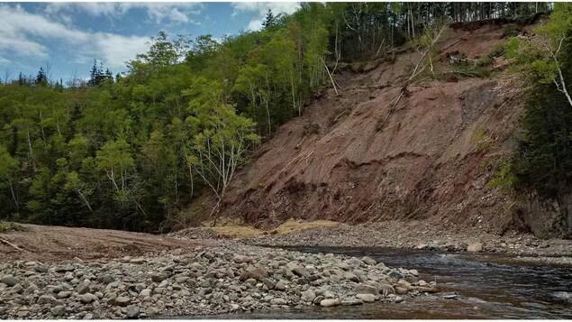 Parcs Canada a embauché une entreprise locale pour enlever les débris de la rivière Chéticamp.