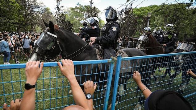 Des policiers à cheval