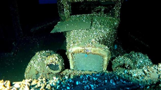 Vieille voiture submergée