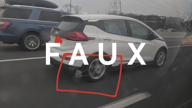 Une Chevrolet Bolt munie d'un générateur attaché à sa roue. Le mot FAUX est superposé à l'image.