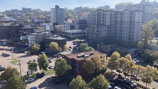 Le centre-ville de Chicoutimi avec la rue Racine. Au premier plan, l'édifice de Promotion Saguenay et derrière le Manoir Champlain.