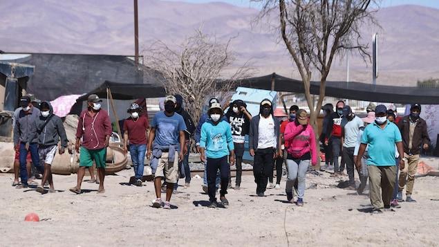 Un groupe d'hommes portant des masques.