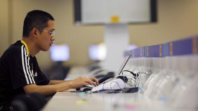 Un journaliste chinois consulte un site Internet.