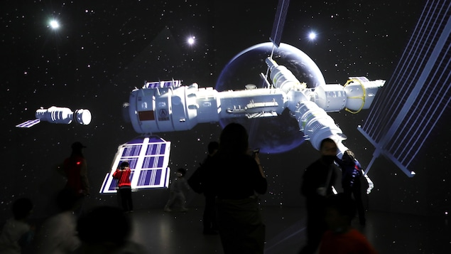 Un écran géant affichant les images de la station spatiale chinoise Tianhe.