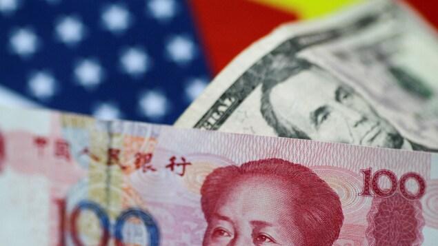Des billets de banque américain et chinois.
