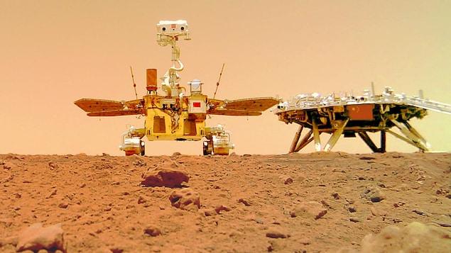 Le robot Zhurong et la sonde Tianwen-1 à la surface de Mars.