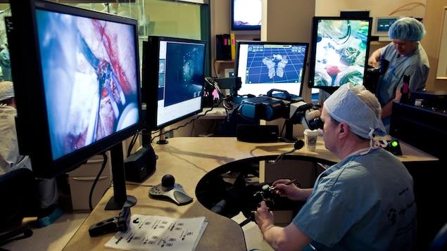 Une photo montre le Dr Garnette Sutherland de l'Université de Calgary qui retire une tumeur au cerveau à l'aide du neuroArm. Une technologie développée grâce au bras canadien. L'intervention neurochirurgicale robotisée permet de faciliter les chirurgies difficiles.
