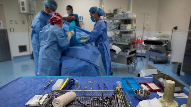 Un patient sur une table d'opération chirurgicale
