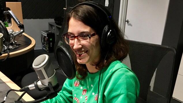 Chloé Leduc-Bélanger alias Chloé LaDuchesse devant un microphone.