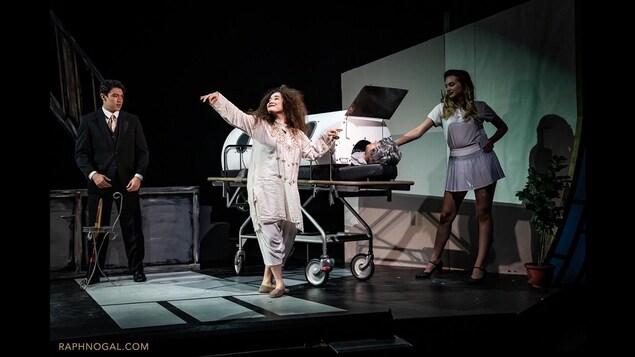 Chloé Petit sur scène entourée d'autres comédiens.