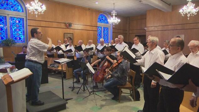 Les choristes du Chœur des Pèlerins chantent pendant une répétition.