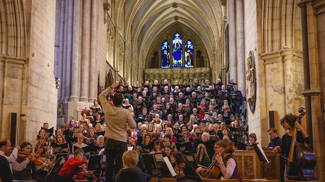 des personnes chantent dans une chorale dans une église londonnienne.