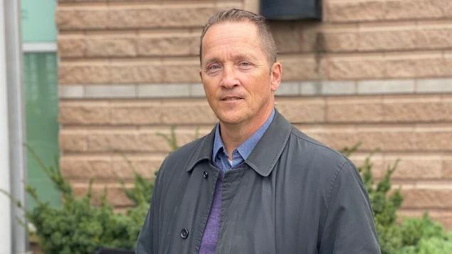Chris Giles en entrevue à l'extérieur.