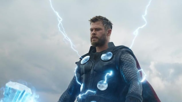 Un acteur incarnant le superheros Tho reçoit des éclairs provenant du ciel.